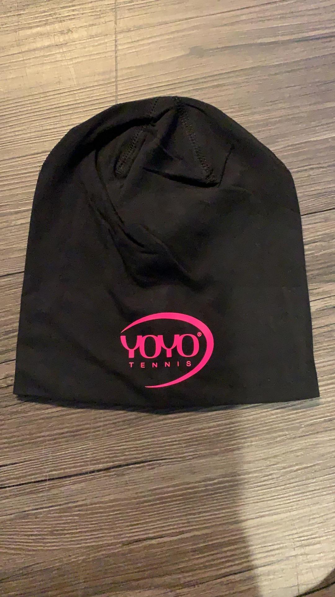 YOYO-TENNIS Cuffia Nera con Logo Rosa 1